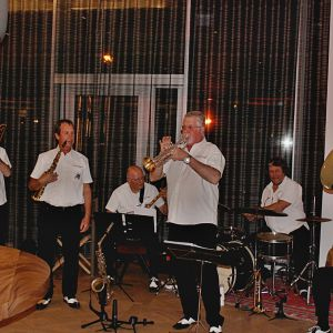http://www.moderntimeshotel.ch/application/files/thumbnails/thumb_list_2x/9714/8974/8307/Vufflens-Jazz-Band.jpg
