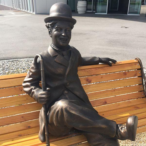 Auf einer Bank mit Charlie Chaplin